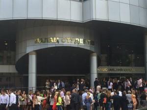Studenten vor dem Palast der Studenten in Charkiw